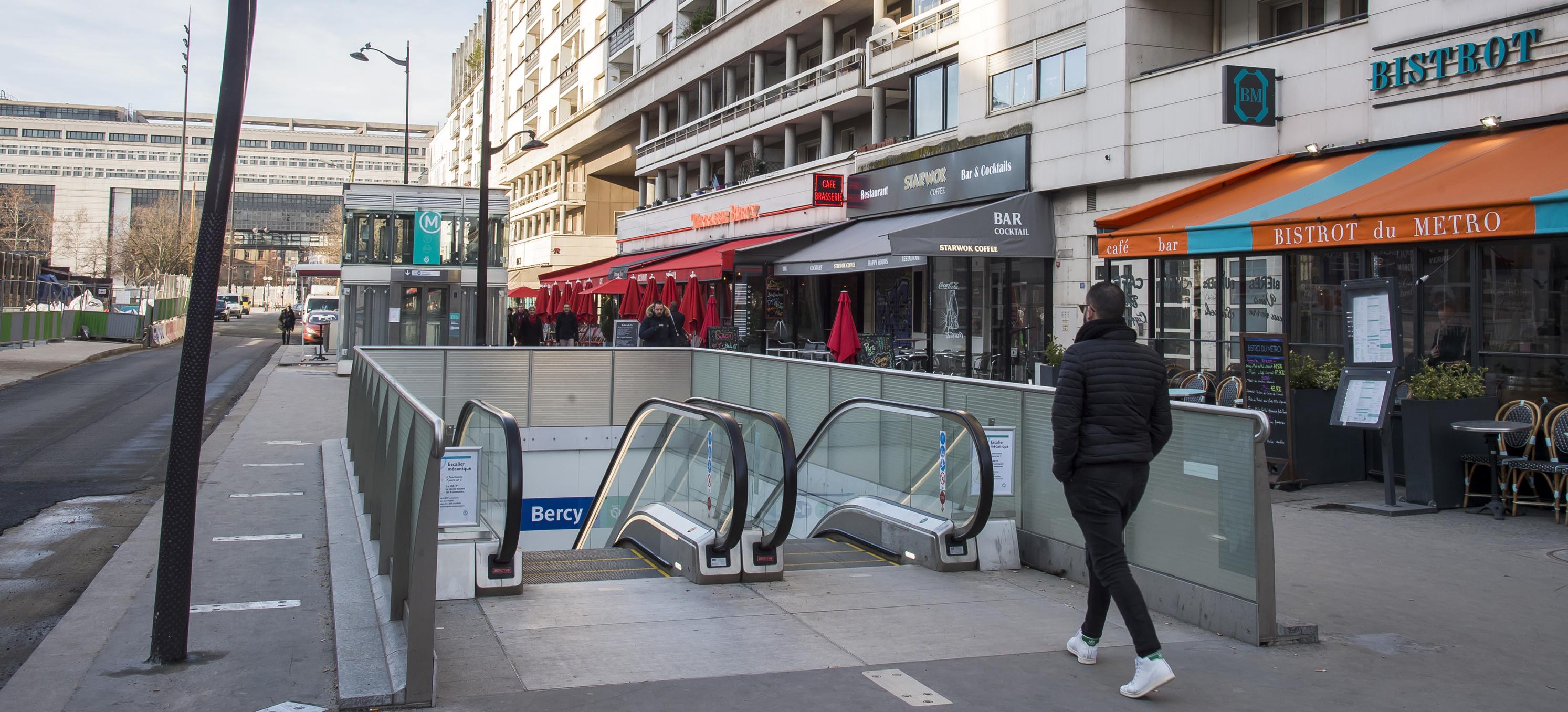 Photo d'un accès à la station Bercy sur la ligne 14 existante du métro parisien