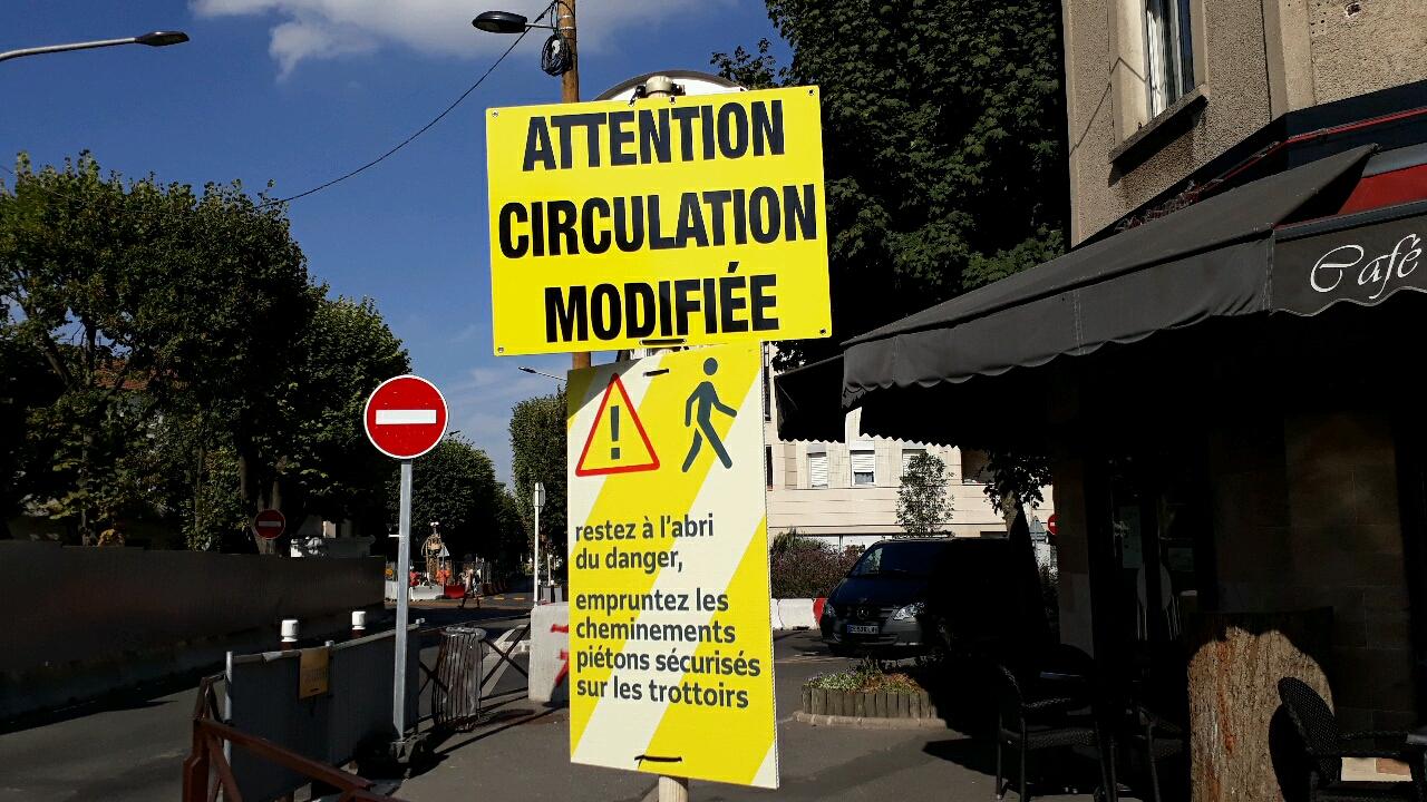 Photographie des panneaux de signalisation aux abords du square Jules Guesde en chantier.