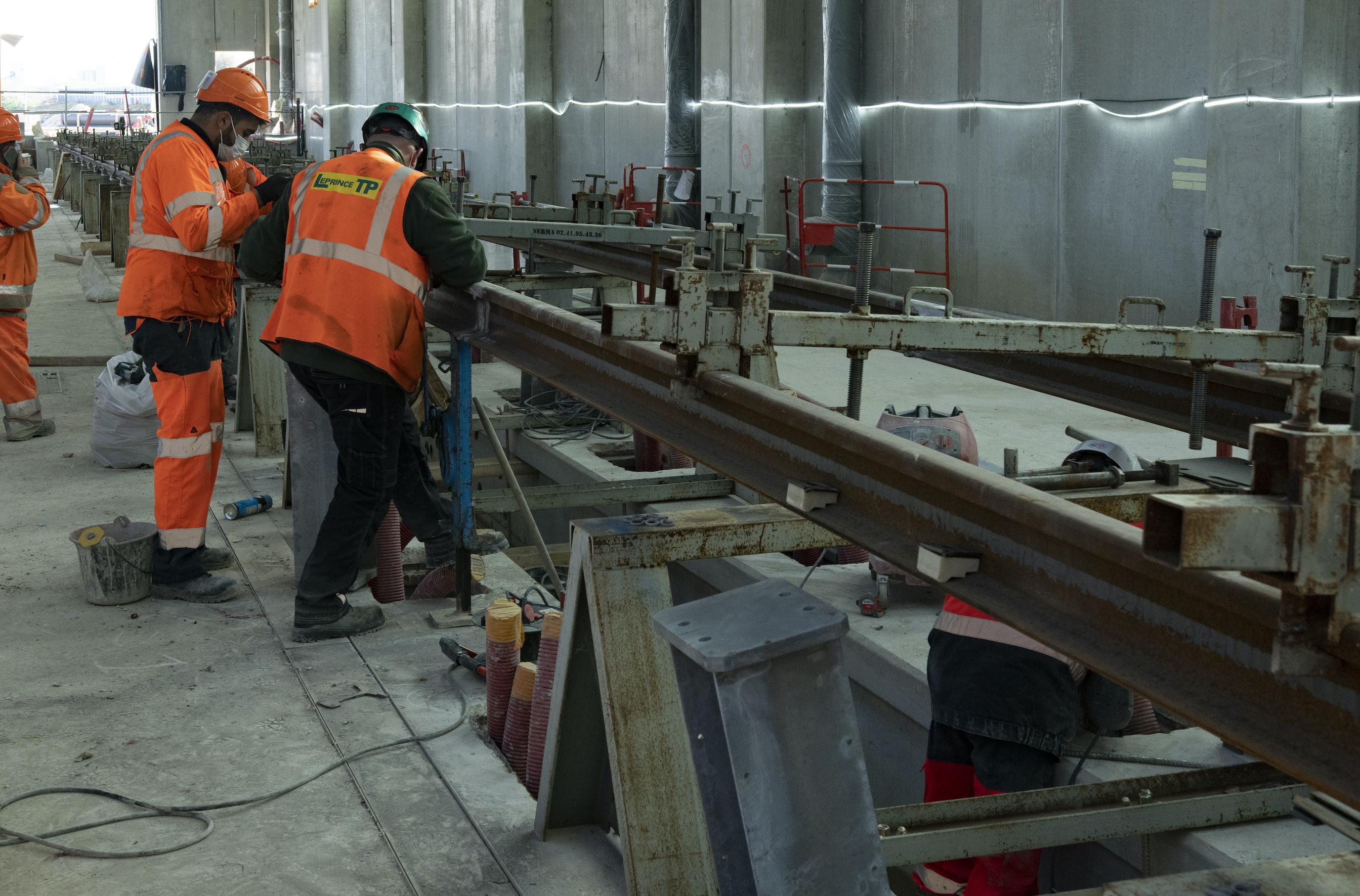 Photo de la pose des rails sur les voies de maintenance, au SMR de Morangis, en novembre 2020