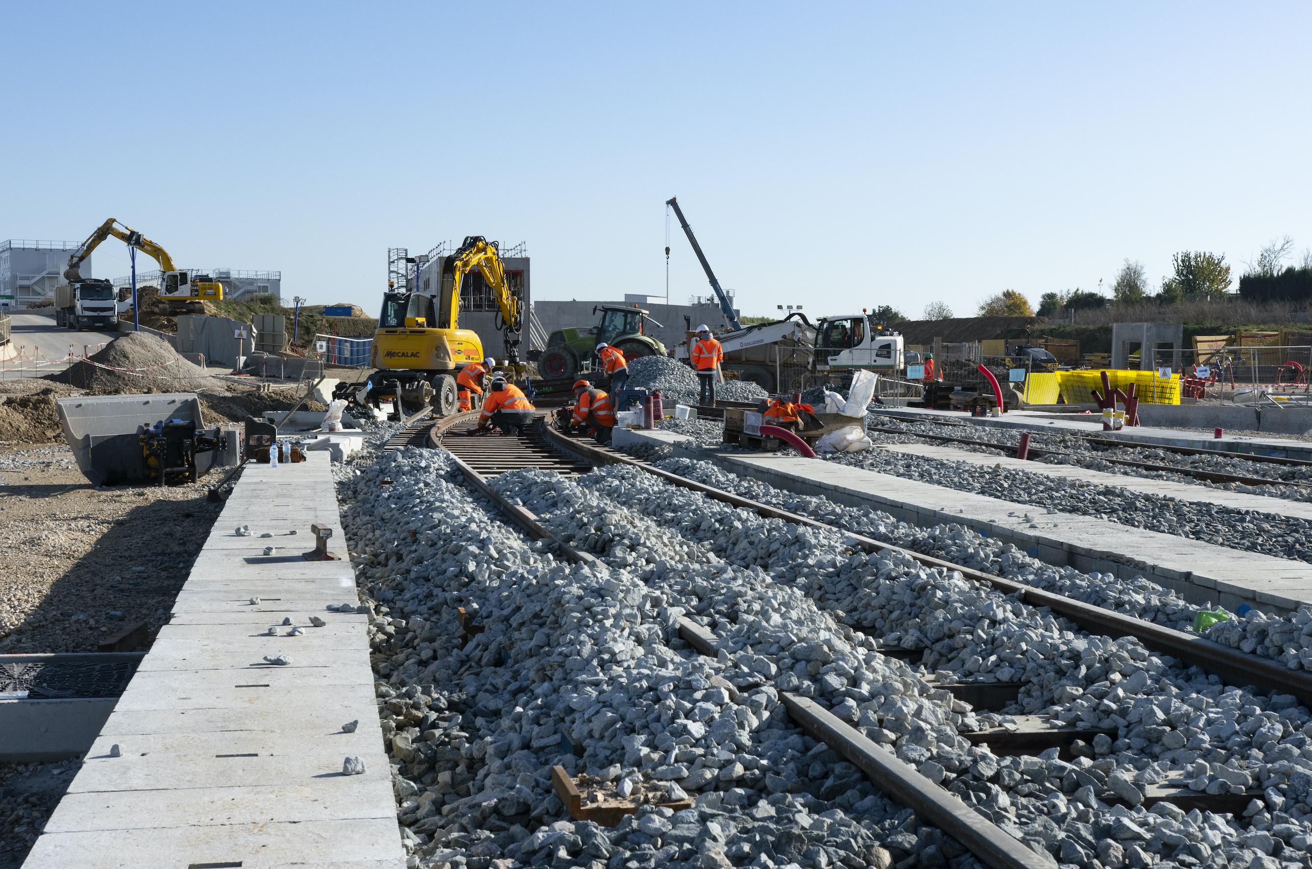 Photo de la pose du ballast pour les voies de garage du SMR de Morangis, en novembre 2020