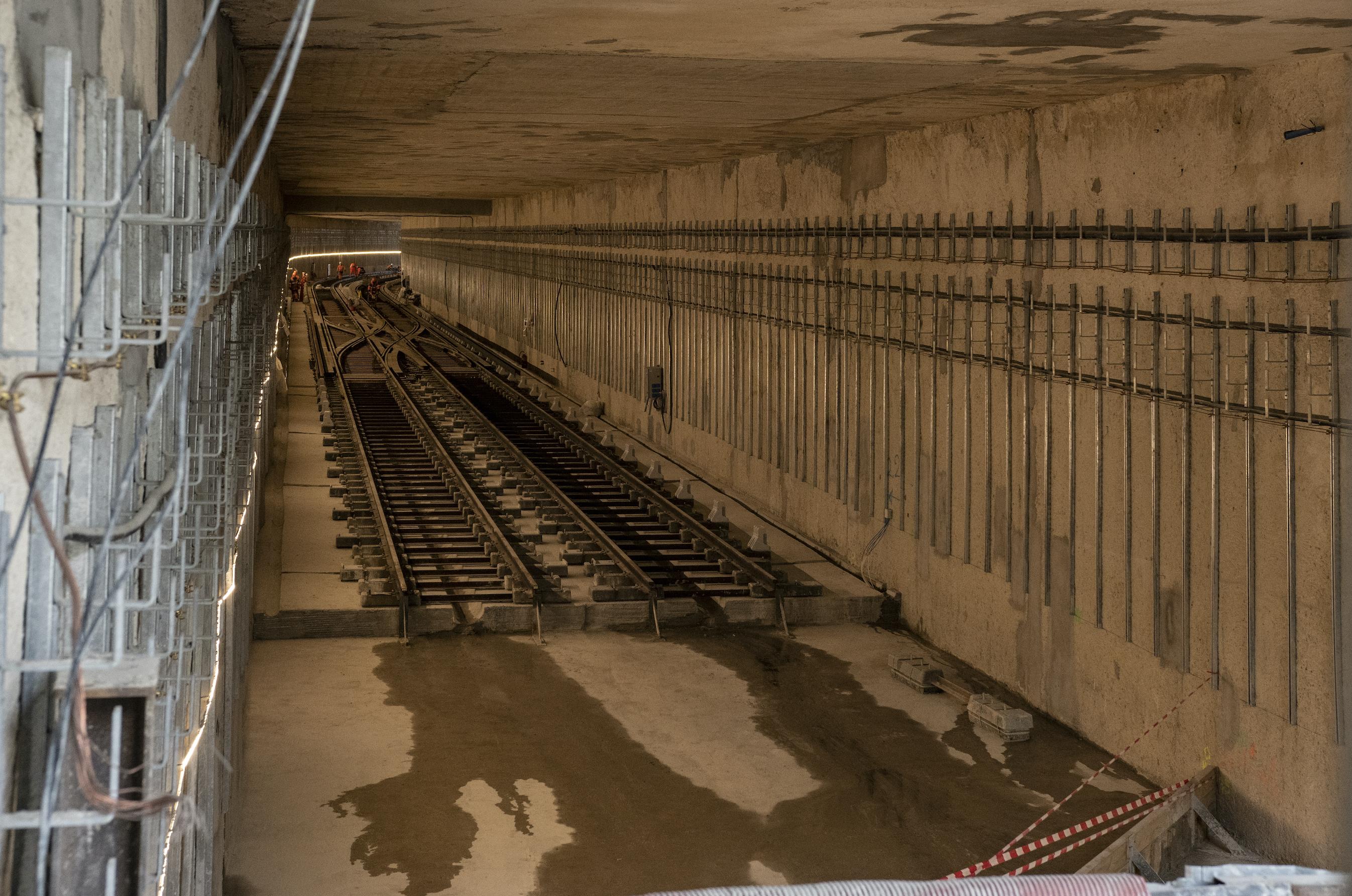Photo de la pose des voies dans le tunnel de raccordement à Aéroport d'Orly, en décembre 2020