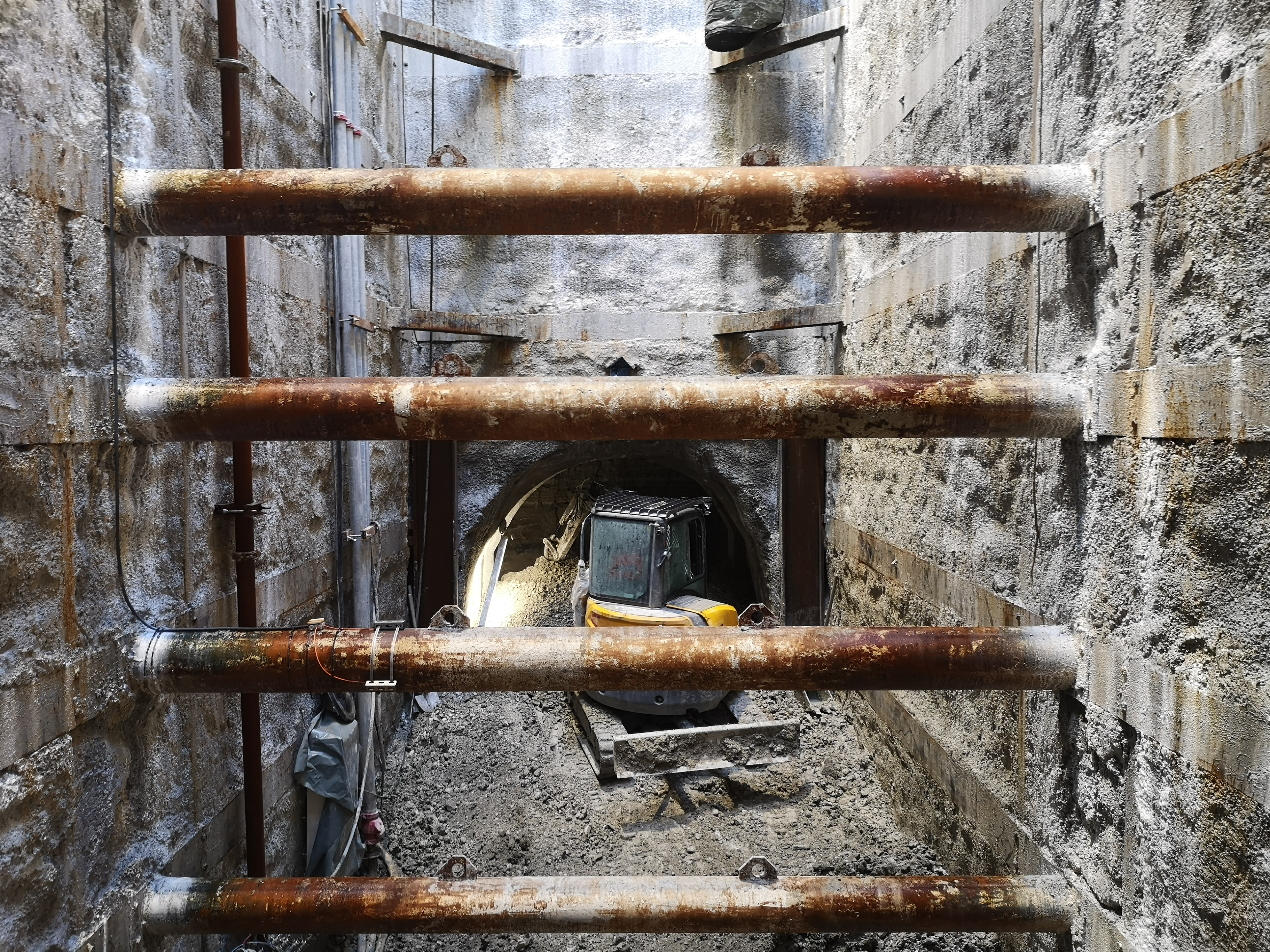 Photo prise au fonds du puits Hochdorf, derrière les butons de soutènement à travers lesquels on aperçoit le début du creusement dur rameau