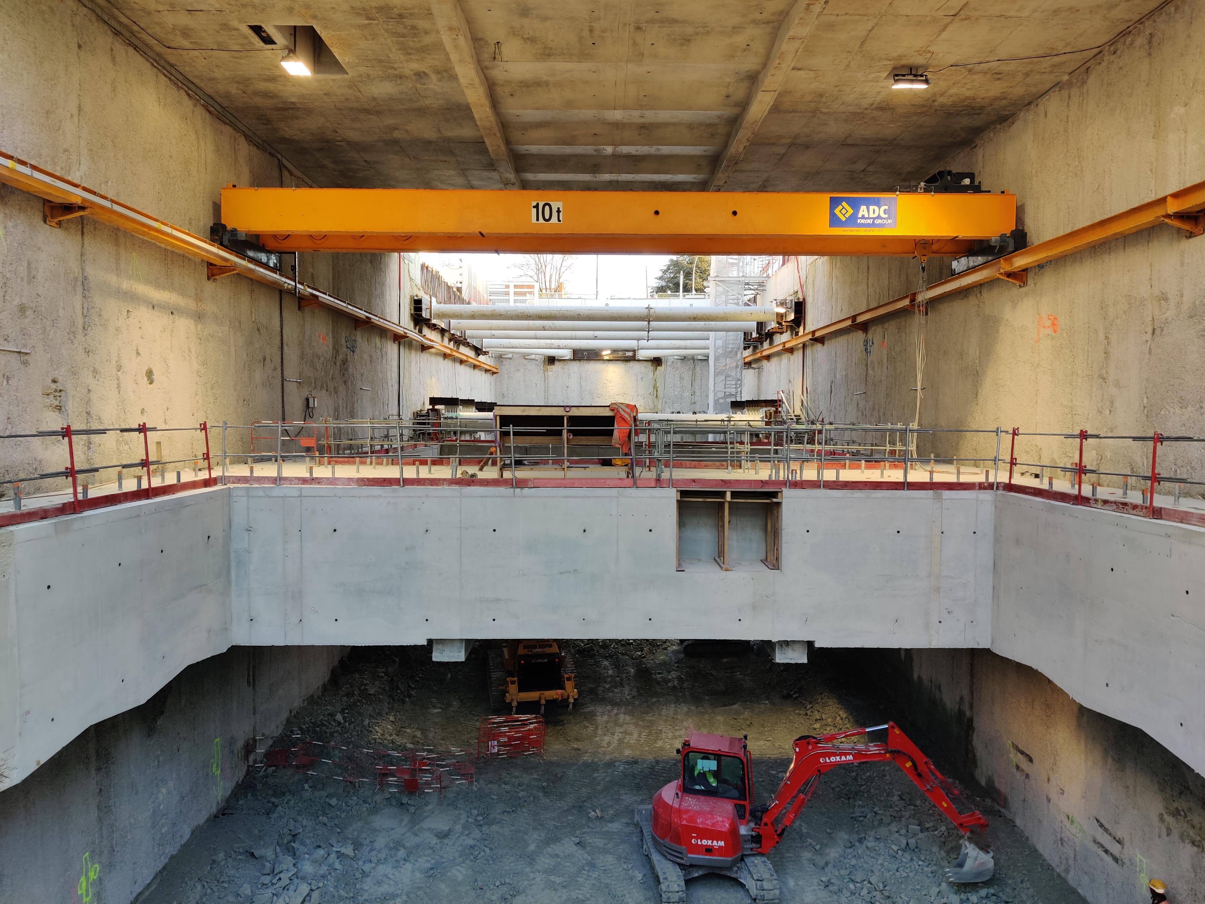 Photo du creusement et et du premier niveau construit de la future gare Chevilly Trois-Communes