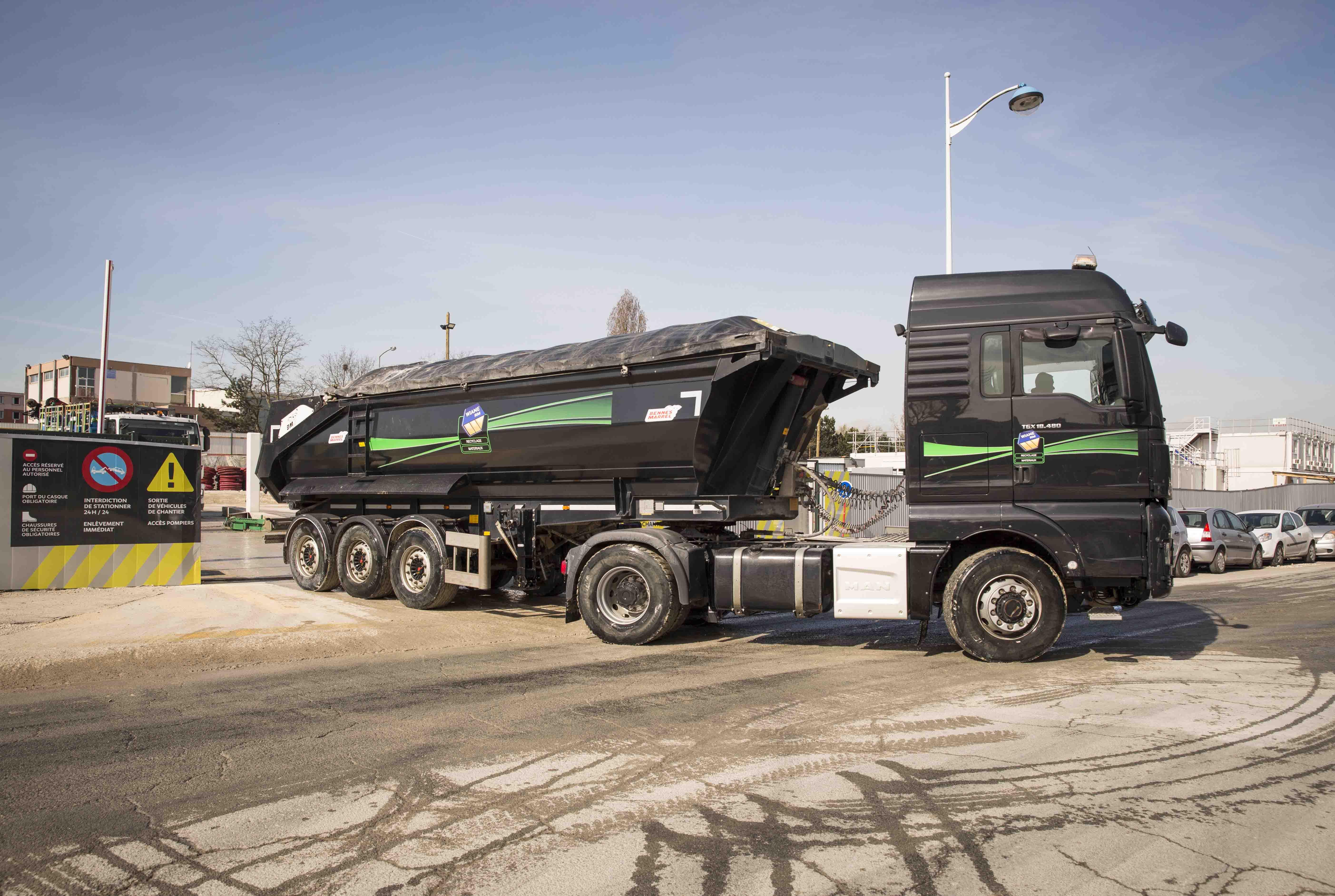 Photo d'un camion qui sort d'un chantier du Grand paris Express.