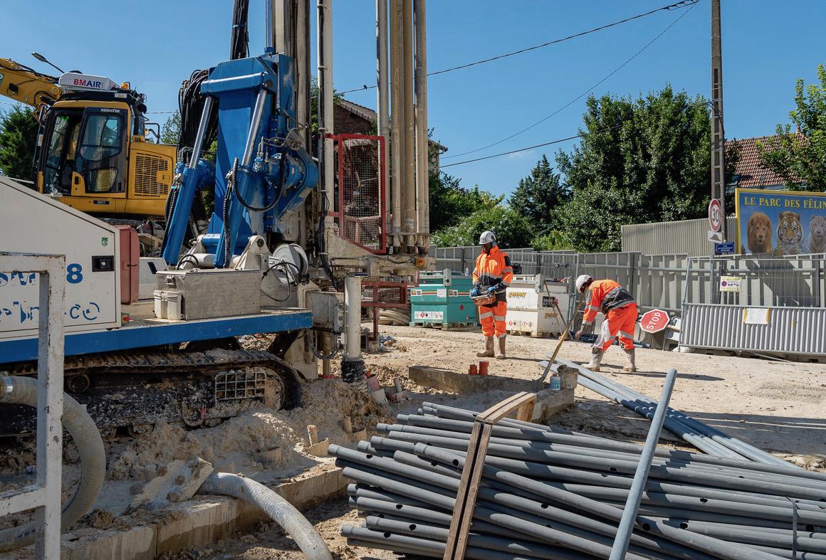 Photo des opérations de forages des accès et de pose des tubes PVC au Kremlin-Bicêtre en juillet 2018