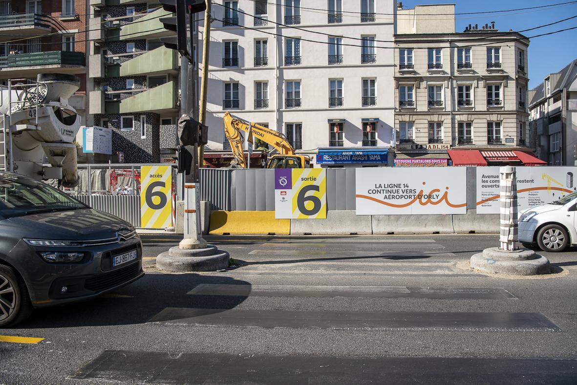 Photo de l'extérieur du chantier, des palissades et de l'avenue d'Italie