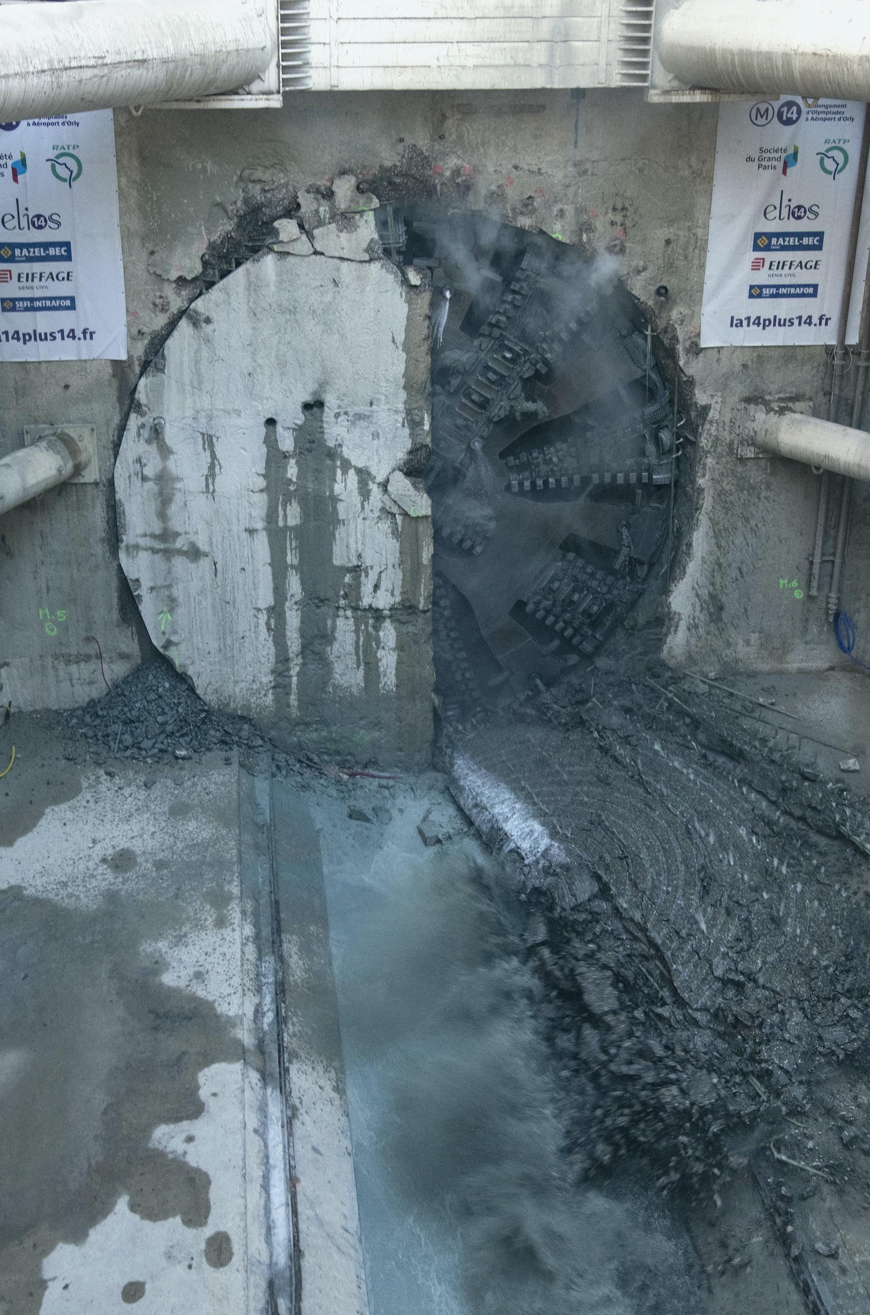 Photo du tunnelier Claire qui apparaît dans le puits Jean Prouvé, le 10 décembre 2020 à 15 h