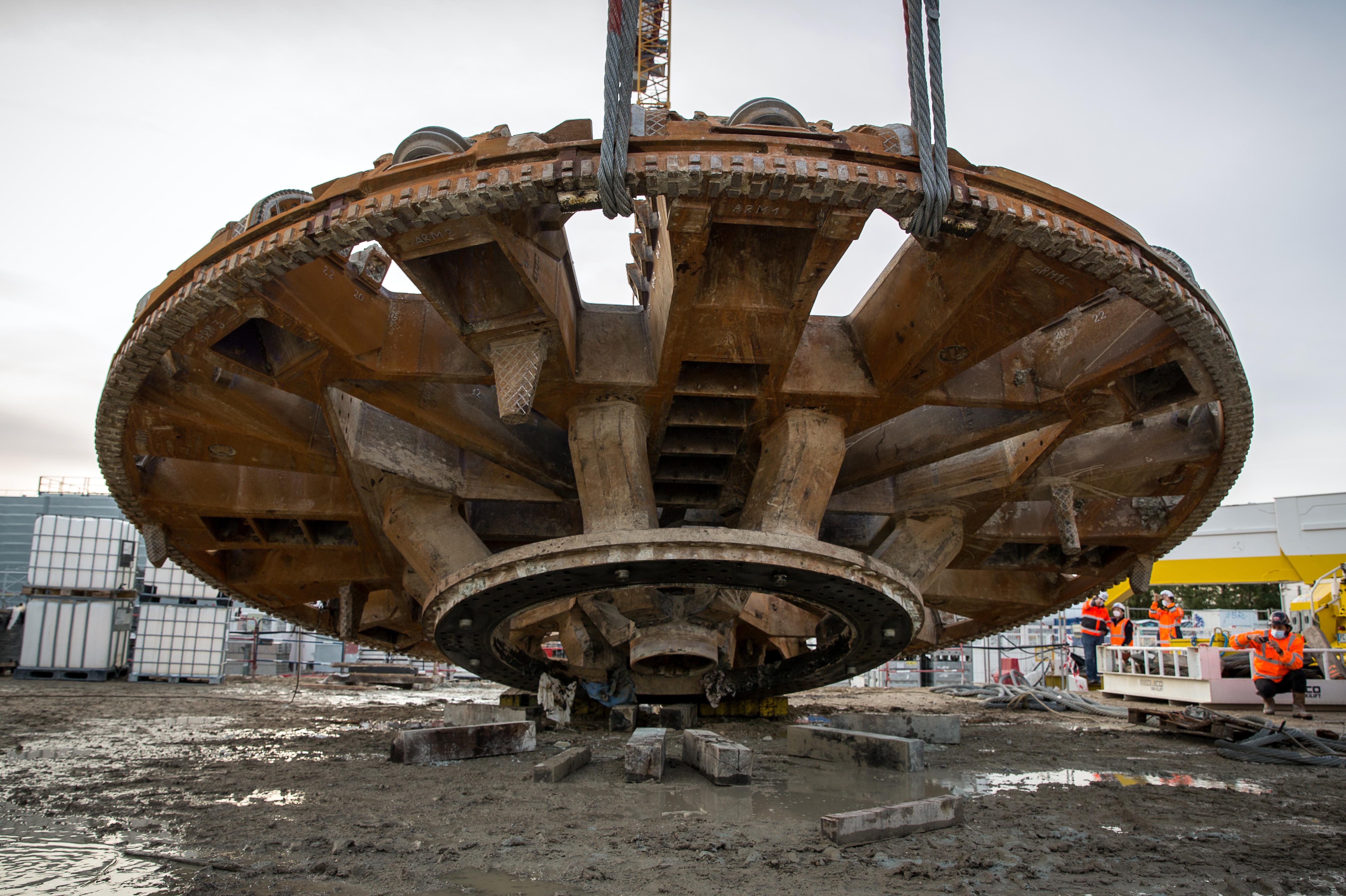 Photo de la dépose de la roue de coupe de Koumba avant son évacuation par convoi exceptionnel