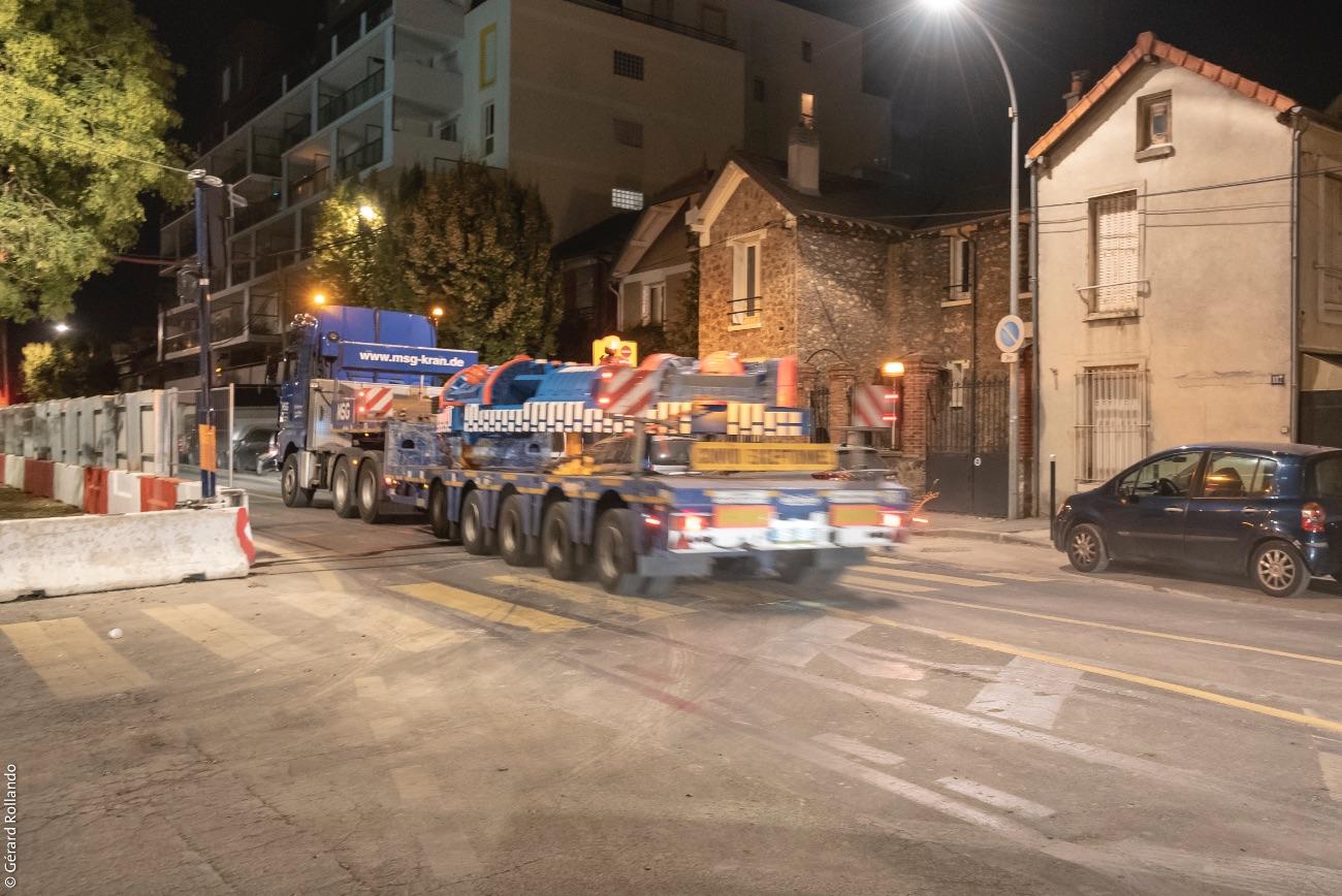 Photo de l'acheminement d'un convoi exceptionnel sur un chantier du Grand Paris Express