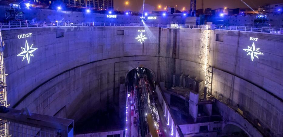 Vue sur le puits illuminé de la future gare Villejuif — Institut Gustave-Roussy pendant l'événement KM8 - PLEIN FEU SUR LE CHANTIER