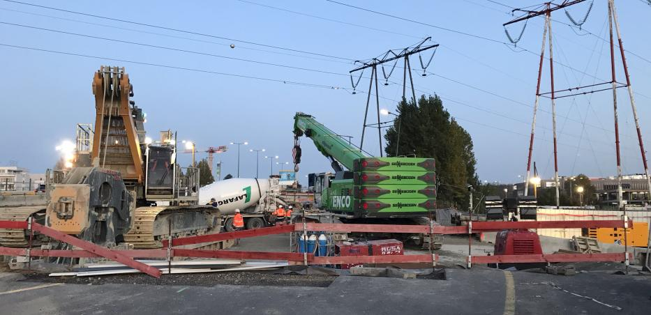 Photo du chantier de construction de la future gare M.I.N. Porte de Thiais dont l'un des principaux enjeux est d'assurer la sécurité des étapes de travaux se déroulant sous les lignes à haute tension.