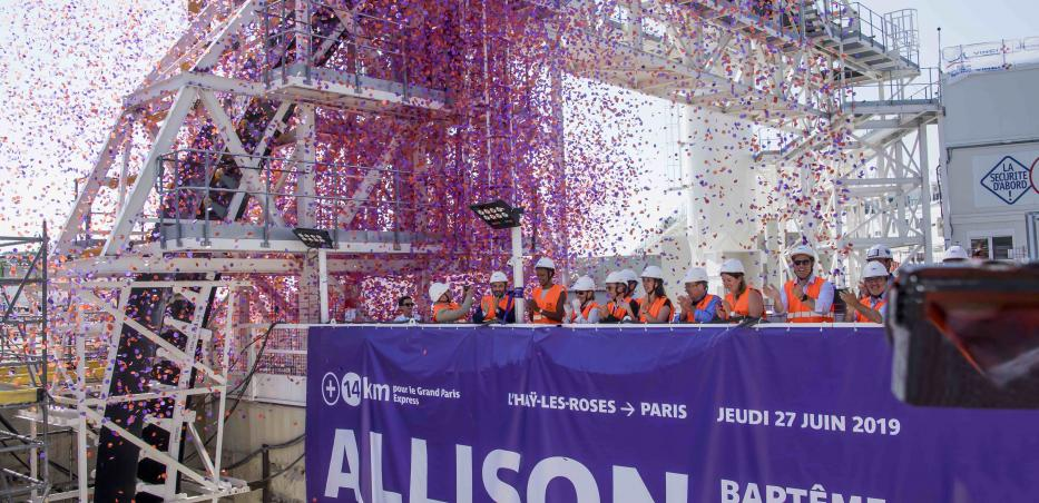 Photo des membres officiels sous les confettis après avoir baptiser le tunnelier Allison