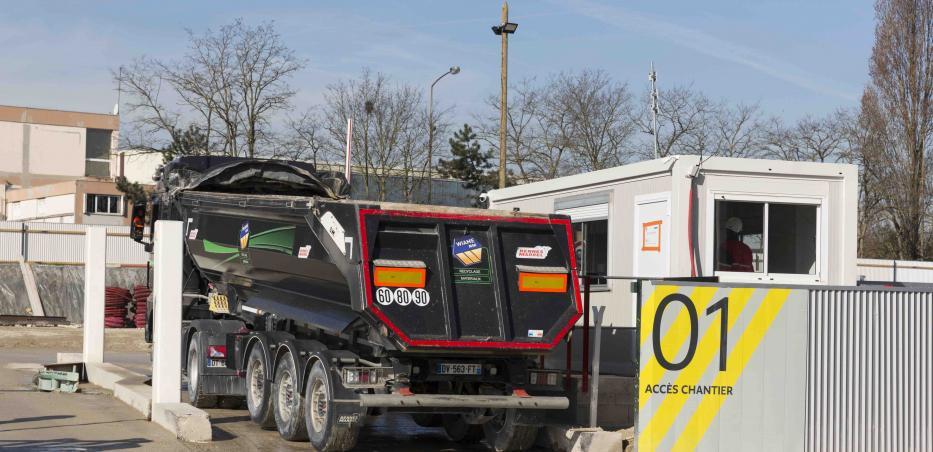 Photo d'un camion entrant sur un chantier du Grand Paris Express.