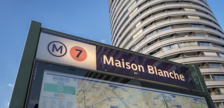 Photo de la signalétique d'accès à la station Maison Blanche de la ligne 7 du métro parisien