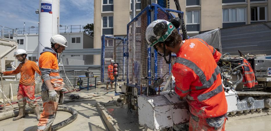 Photo de chantier montrant la première étape des travaux de comblement des carrières : le forage du sol.