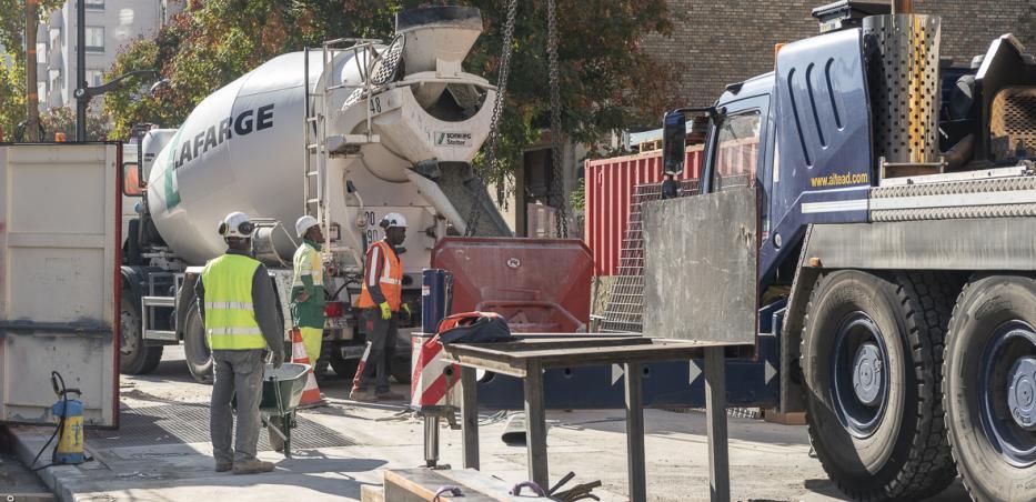Photo de l'approvisionnement en béton pour le chantier de la future gare Maison-Blanche Paris XIIIe, depuis l'avenue d'Italie.
