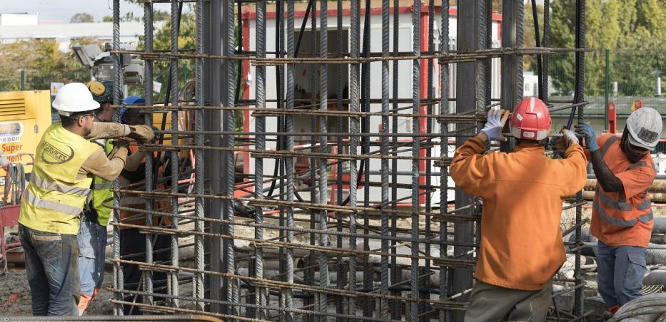Pose de cages d'armature pour la construction des parois moulées.