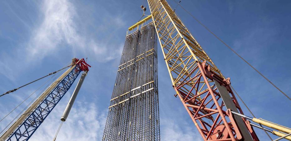 Une cage d'armature érigée pour la réalisation d'une paroi moulée sur un chantier du Grand Paris Express.