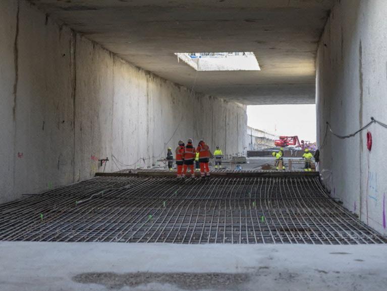 Réalisation du revêtement définitif de la tranchée d'accès au site de maintenance et de remisage depuis le tunnel