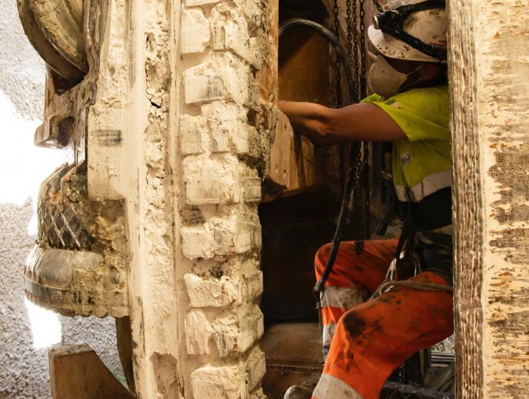 Compagnon travaillant dans la chambre d'abbattage du tunnelier