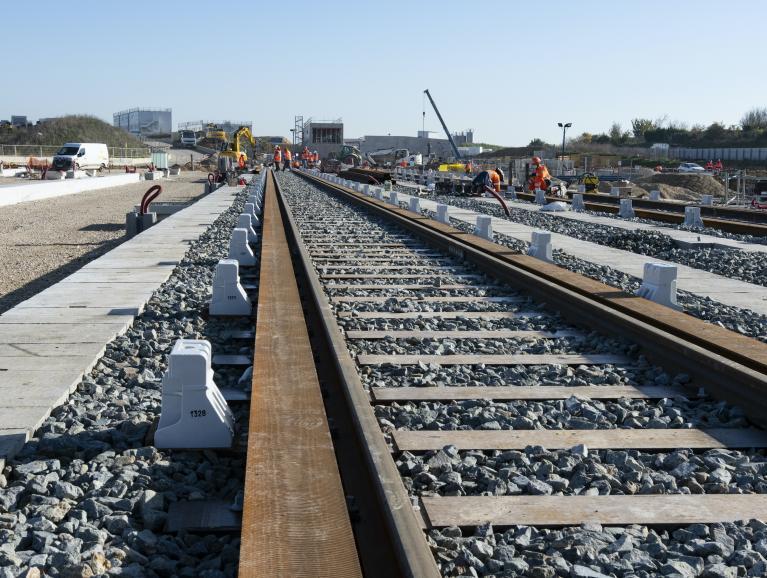 Photo de la pose des voies extérieures au SMR de Morangis, en novembre 2020