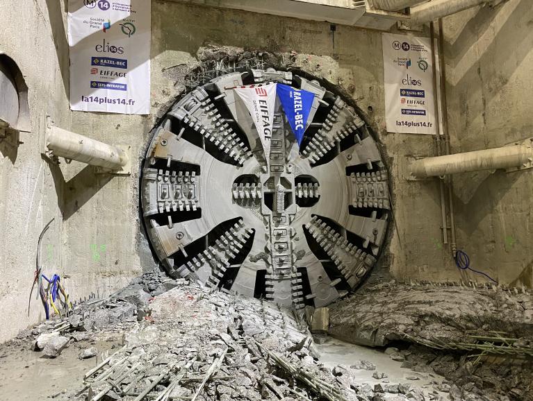 Photo du tunnelier Claire à son arrivée dans le puits Jean Prouvé, le 10 décembre 2020
