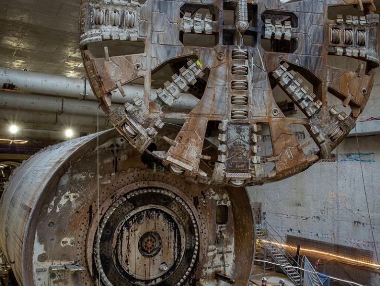 Photo du levage et de l'extraction de la roue de coupe du tunnelier Koumba, le 1er octobre 2020