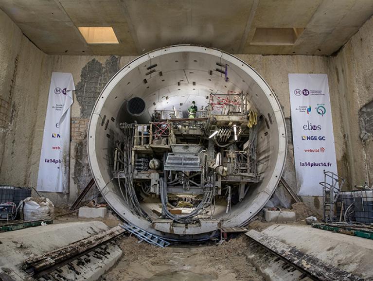 Photo du démontage du train suiveur du tunnelier Koumba au fond de la boîte gare Pont de Rungis