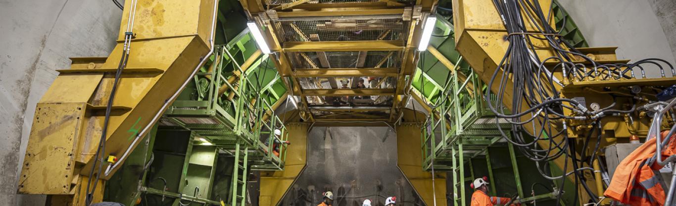 Photo de l'outil de coffrage mobile qui bétonne le tunnel de raccordement entre la future gare Maison-Blanche Paris XIIIe de la 14 et l'arrière-gare actuelle du terminus d'Olympiades
