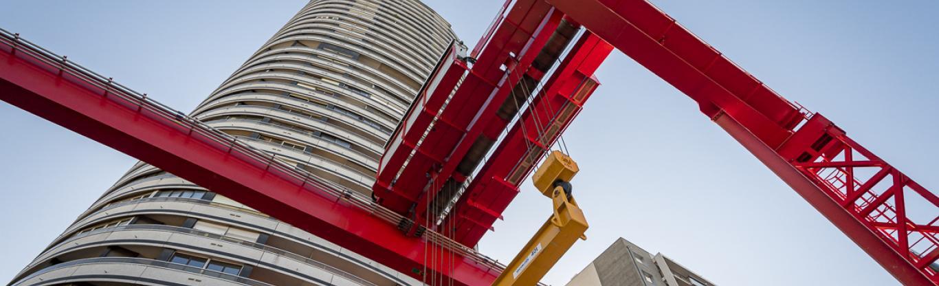 Photo en contre-plongée de la tour Super Italie et du pont roulant sur le chantier de la future gare Maison-Blanche Paris XIIIe