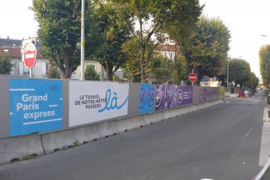 Photo de la rue du Square Jules Guesde et des palissades de chantier du site Jules Guesde