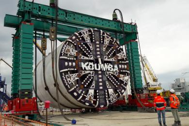 Photo du levage du bouclier et de la roue de coupe du tunnelier Koumba avant leur descente dans le Puits Morangis
