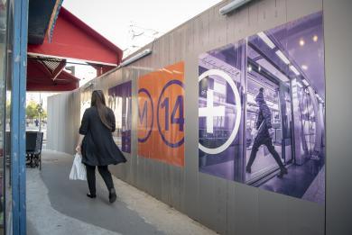 Photo du trottoir côté pair de l'avenue d'Italie pendant les travaux de prolongement de la ligne 14 au sud