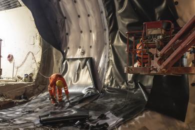 Photo de la réalisation de l'étanchéité des rameaux entre l'ouvrage Sud Orly et le tunnel de la ligne 14 Sud, en juillet 2020