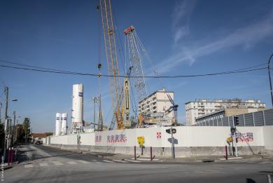 Photo de la rue de Lallier à L'Haÿ-les-Roses, face au chantier de la gare Chevilly Trois-Communes