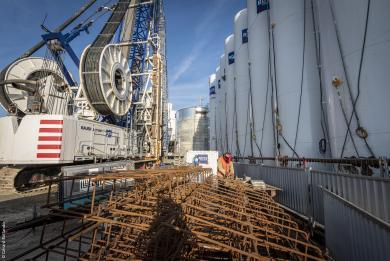 Photo d'hydrofraises, cages d'armature, silos et piscines à Bentonite qui serviront à la réalisation des parois moulées