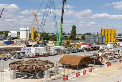 Photographie des composants du tunnelier prêts à être assemblés sur le chantier de la gare Pont de Rungis, pour le prolongement au sud de la ligne 14.