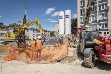 Photographie de la centrale à béton sur le chantier du futur ouvrage de service Marcel-Sembat