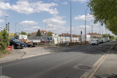 Photographie de l'avenue du Docteur Marie impactée par le nouveau dispositif de feux tricolores et de cheminements piétons provisoires à Thiais