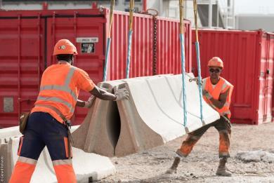 Photographie de deux ouvriers en train d'aménager un chantier du Grand Paris Express
