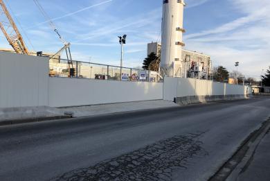 Photo de l'entrée secondaire du chantier, située rue de Lallier