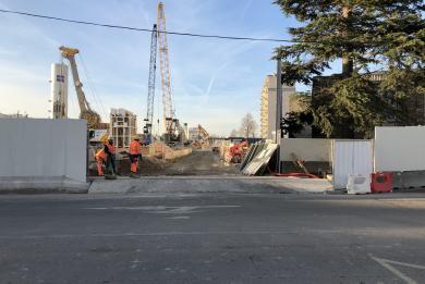 Photo de l'accès principal du chantier de la future gare Chevilly Trois-Communes, rue Paul Hochart à Chevilly-Larue