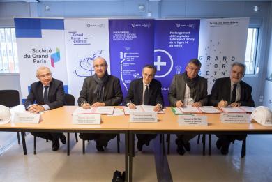 Laurent Prévost, Thierry Dallard, Christian Galivel, Michel Leprêtre et Christian Favier, réunis mercredi 19 décembre sur le chantier de la future gare Pont de Rungis à Thiais.
