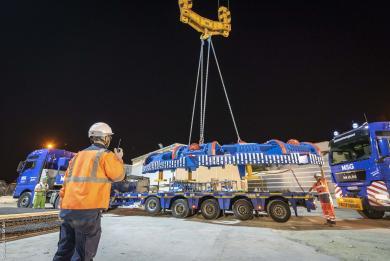 Photo de la livraison de la roue de coupe du tunnelier de la Ligne 15 Sud du Grand Paris Express, par convois exceptionnels, sur le chantier du puits Robespierre à Bagneux.